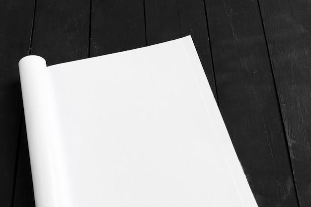 Tijdschrift of catalogus op houten tafel