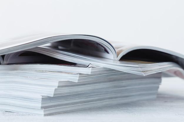 Tijdschrift vervagen op een houten tafel.