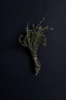 Tijm kruid in zwarte tafel, bovenaanzicht