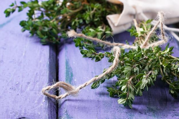 Tijm op violette houten tafel