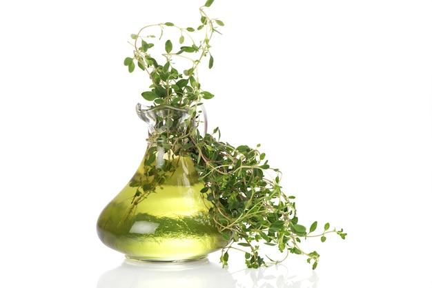 Tijm tak groene bladeren en olie geïsoleerd op een witte achtergrond.