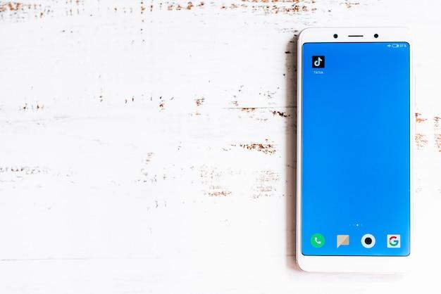 Tik-tok app-pictogram op het smartphonescherm