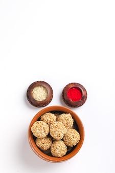 Til gul of zoete sesamzaadbal of laddu met fikri voor het indiase festival makar sankranti