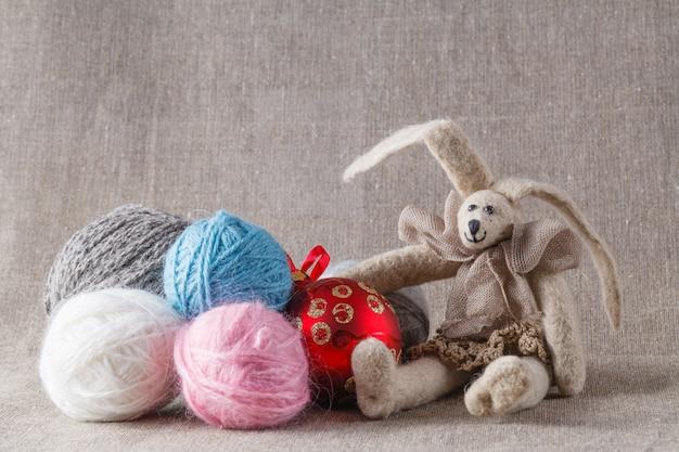 Tilda konijnenpop met schoothoek en kerstbal