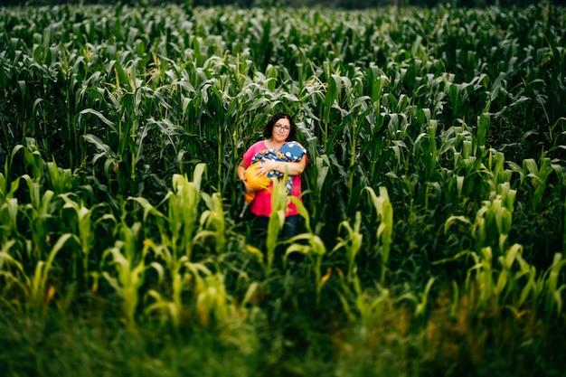 Tilt shift wazig portret van vreemde ongewone vrouwelijke persoon staande in komkommer veld