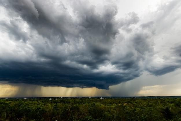 Time-lapse onweerswolken met de regen. natuur milieu donkere enorme wolk lucht zwarte stormachtige wolk