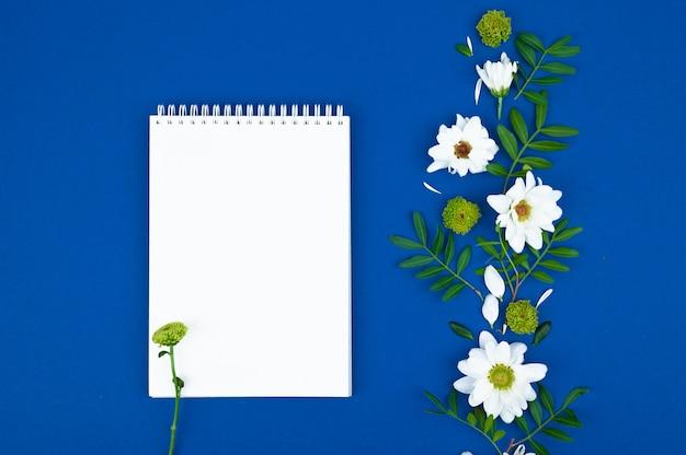 Time management concept. takenlijst: rode wekker, potlood en notitieboek