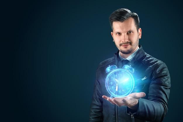 Time management concept, zakenman houdt een hologram van een wekker, klok op zijn hand. poes per uur, tijdsverloop