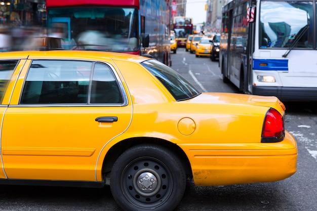 Times square new york daglicht met gele cabine
