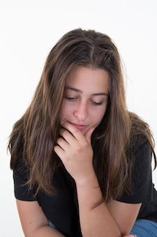 Timide en meisje kijken verlegen vooruit, gebalde handen in vuisten