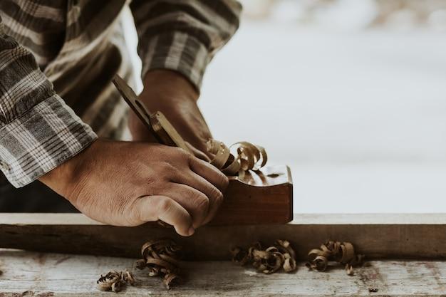 Timmerlieden gebruiken spokeshave om hun werk te versieren