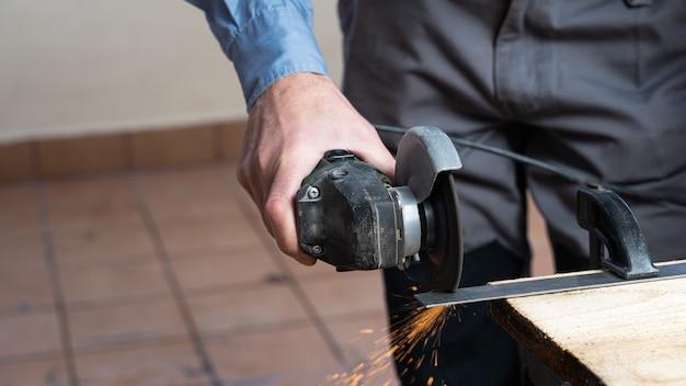 Timmerman bezig met het maken van een houten tafel
