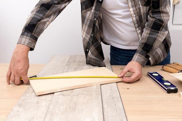 Timmerman bezig met hout in zijn atelier