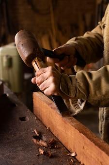 Timmerman die een vorm uit hout maakt