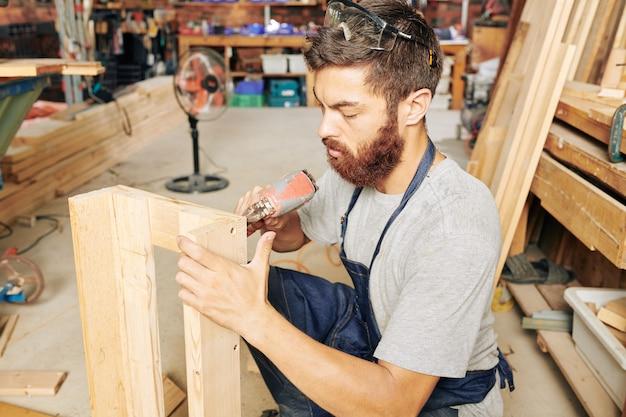Timmerman die houten stukken combineert