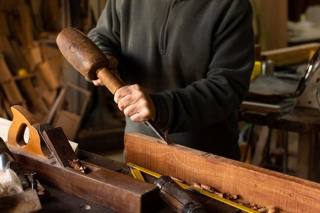 Timmerman die met hout werkt