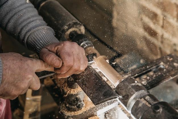 Timmerman die met hulpmiddelen in het atelier werkt. hoge kwaliteit foto
