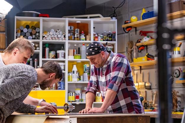 Timmerman die zijn werk in timmerwerkworkshop doet. man in een timmerwerkplaats meet en snijdt laminaat