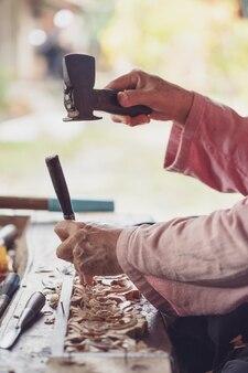 Timmerman gebruikt gesneden beitels, gesneden hout, gebruik het gereedschap