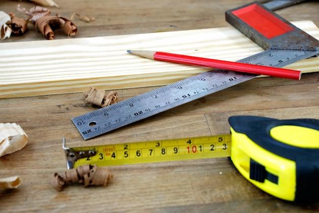 Timmerman hulpmiddelen. een timmerliedenbank met diverse hulpmiddelen