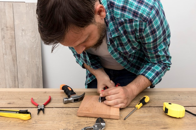 Timmerman man aan het werk met hout