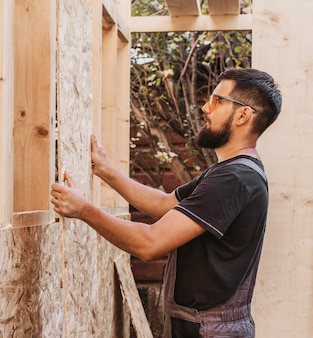 Timmerman man ramen houten kozijnen maken