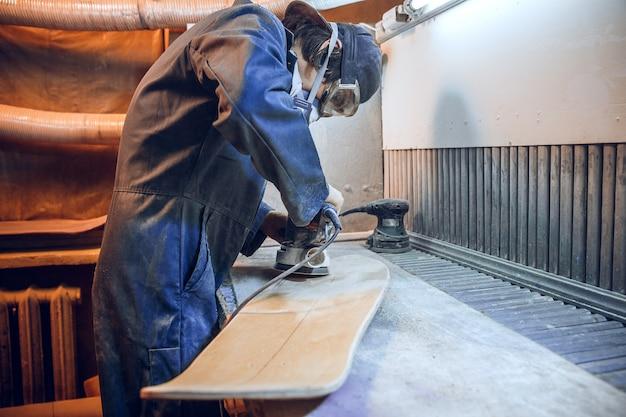 Timmerman met cirkelzaag voor het zagen van houten planken. constructiedetails van mannelijke werknemer of klusjesman met elektrisch gereedschap