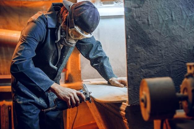Timmerman met cirkelzaag voor het zagen van houten planken