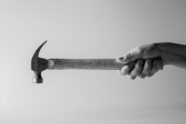 Timmerman met een hamer. - reparatie- en bouwconcept.