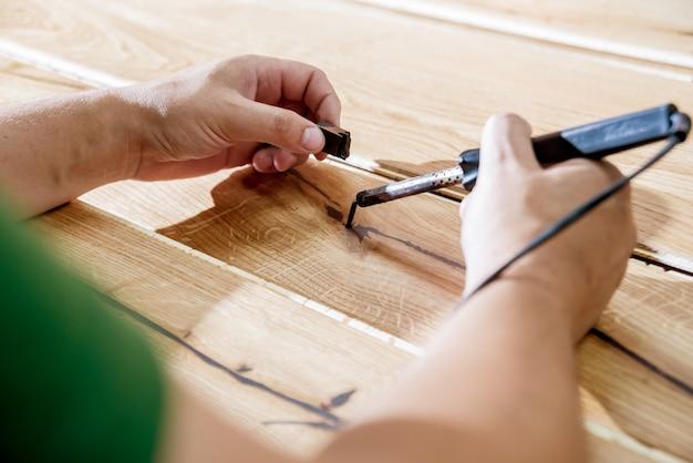 Timmerman met houtvezelplaten op de workshop van de meubilairfabriek. houtverwerkende industrie