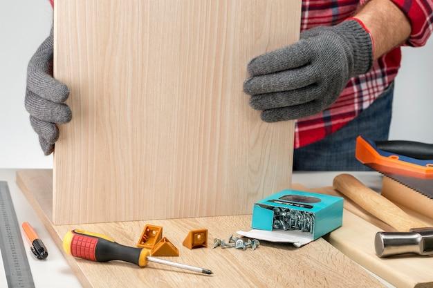 Timmerman montage meubels thuis. nieuwe zaken. doe het zelf concept.