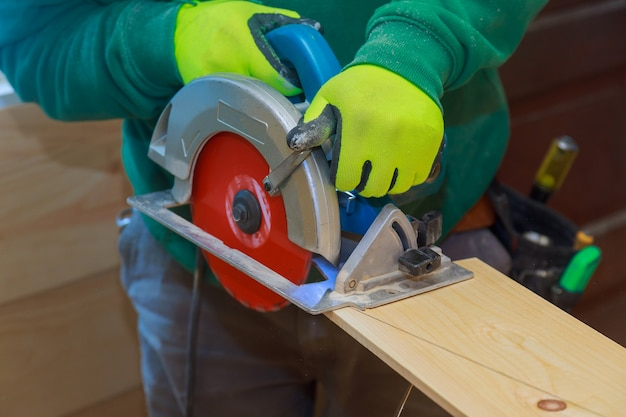 Timmerwerk cirkelzaag snijden houten plank blad met bord close-up houtbewerking detail op hout apparatuur