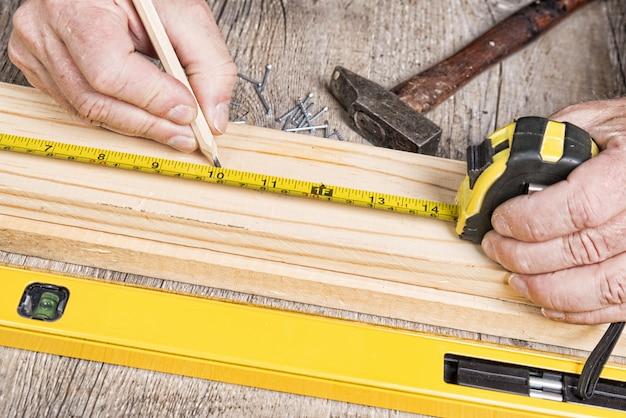 Timmerwerk met verschillende hulpmiddelen
