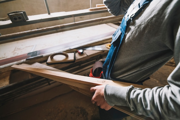 Timmerwerkconcept met de mens wat betreft hout