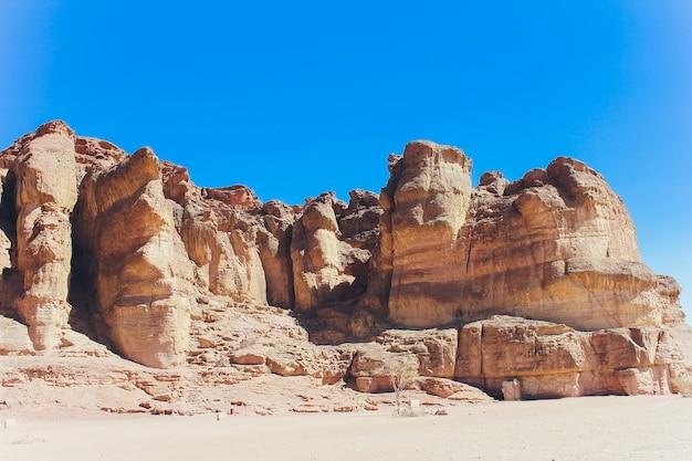 Timna park en solomon-pijlers, rotsen in de woestijn, landschap in de woestijn. kleine rotsachtige heuvels. steenwoestijn, rode woestijn, zonnige dag, hooggebergte, heet, timna-park, panorama.