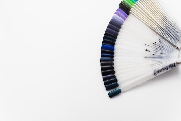 Tips van blauwe en groene nagellakken. palet van verschillende kleuren gel nagellak
