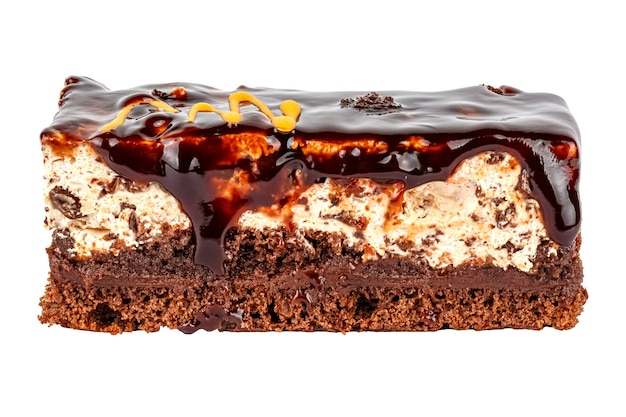Tiramisu-cake met een delicaat chocoladekoekje met romige sinaasappelmousse bedekt met chocoladegel geïsoleerd op een witte achtergrond. zijaanzicht