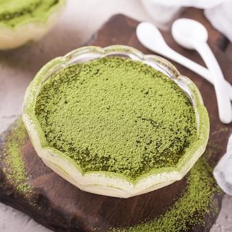 Tiramisu-cake met groene matchathee