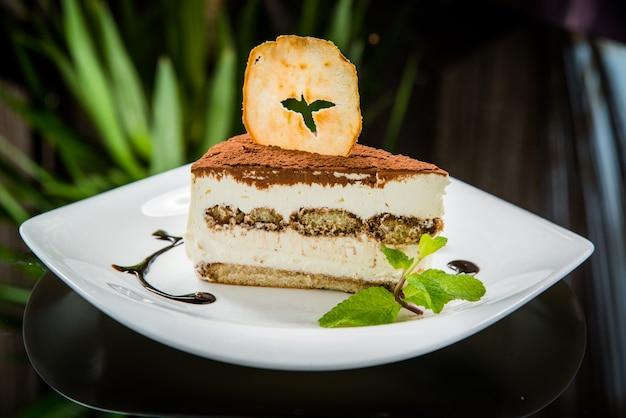 Tiramisu-cake op een bord, serveer met bessen
