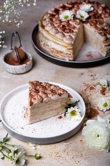 Tiramisu crêpe cake met mascarpone en amaretto op een lichte achtergrond