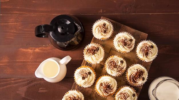 Tiramisu cupcakes versierd met cacaopoeder en koffiebonen