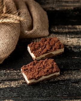 Tiramisu met koffie en mascarpone kaas op tafel