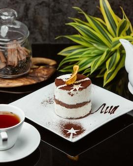 Tiramisu met room en cacaopoeder.