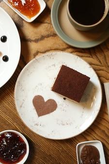 Tiramisu savoyardi koekjes espresso mascarpone kaas rum kaneel bovenaanzicht