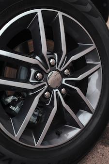 Titanium grote offroad-auto rijden close-up