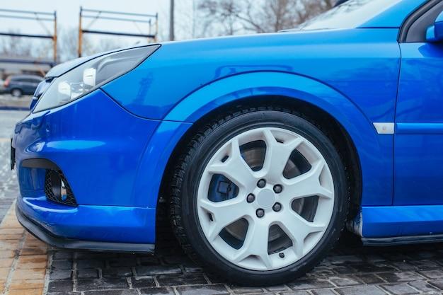 Titanium schijf en het wiel van een sportwagen. het concept van gebruikte auto's