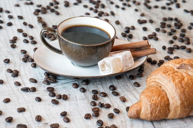 Titelliefde van koffiebonen met koffiekopje en snoep