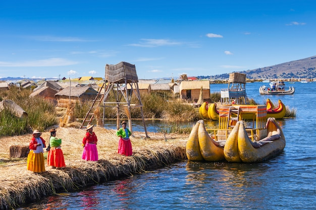 Titicacameer dichtbij puno-stad in peru