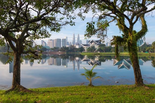 Titiwangsa-park, kuala lumpur skylinemening gecombineerd met de natuur. maleisië