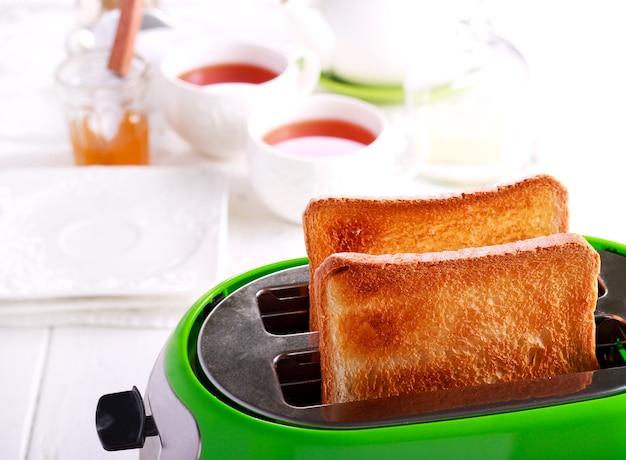 Toast in een broodrooster, keukenbinnenland